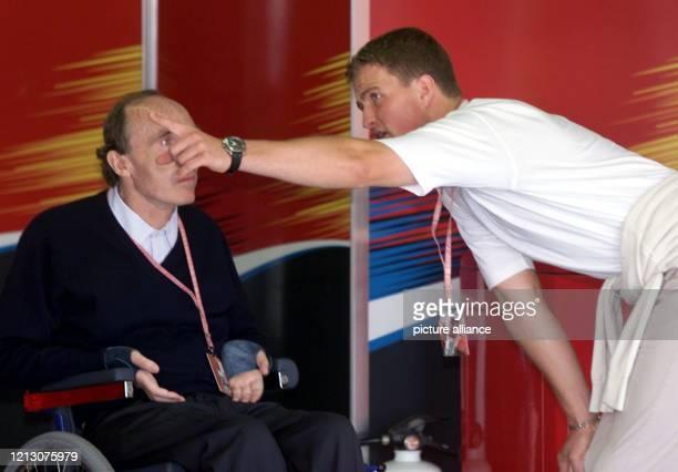Richtungsweisend - Der deutsche Williams-Formel 1 Pilot Ralf Schumacher zeigt am in der Box des Teams an der Rennstrecke von Montreal in einem...