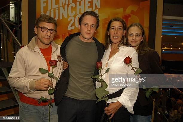 Richy Müller Johannes Zirner Adele Neuhauser Heike Warmuth ZDF Film Die Kirschenkönigin Filmfest München 2004 München Rosen Blumen Rose Gruppe Tasche...