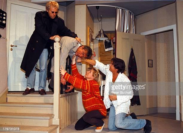 """Rick Parse, Ulli Kinzalzik, Nora von;Collande, Regisseur Herbert Herrmann,;Psycho-Thriller """"Warte, bis es dunkel;wird"""", Dreh im Römerhof in Garching..."""