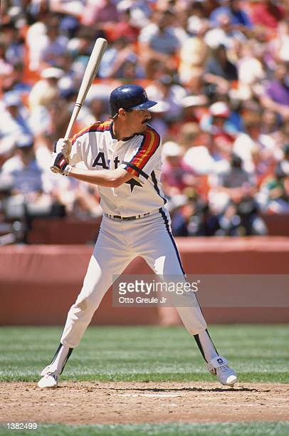 Rick Rhoden of the Houston Astros readies for the pitch during a MLB game in 1989
