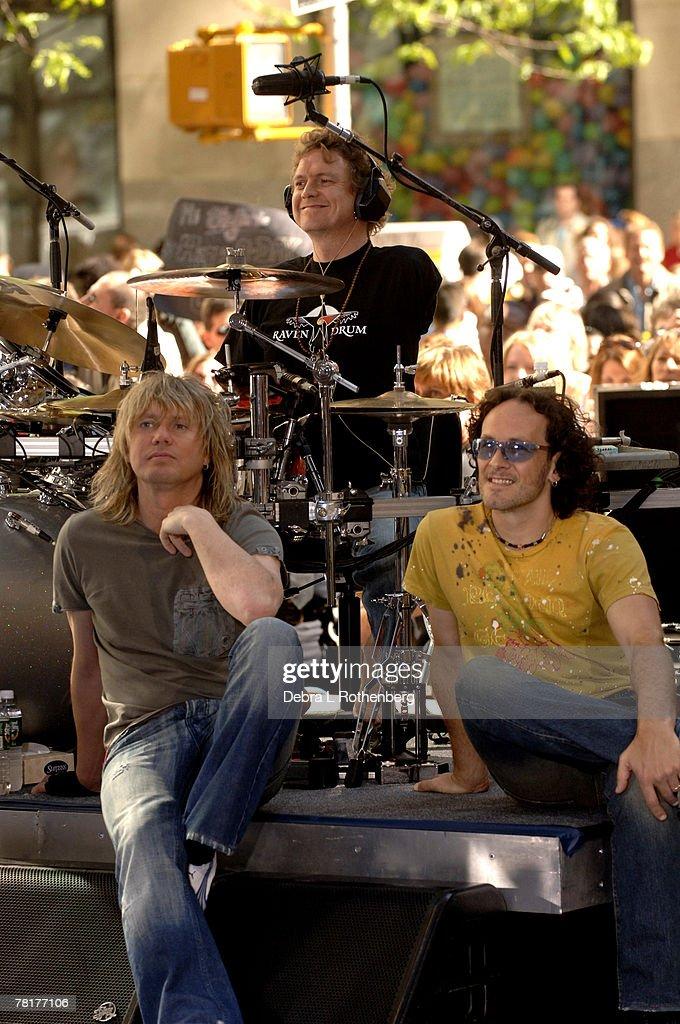 "Bryan Adams and Def Leppard Perform on the 2005 ""Today"" Show Summer Concert Series : Foto jornalística"