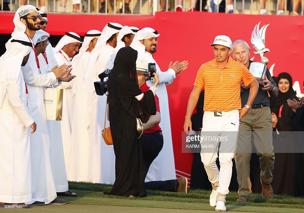 TOPSHOT - Rickie Fowler of the United States celebrates after winning in the final of the Abu Dhabi Golf Championship in the capital of the United Arab Emirates on January 24, 2016. Fowler opened up a two-shot lead following a 65 in his third round that was eventually completed in the morning, and then shot a three-under par 69 for a 16-under par total. / AFP / KARIM