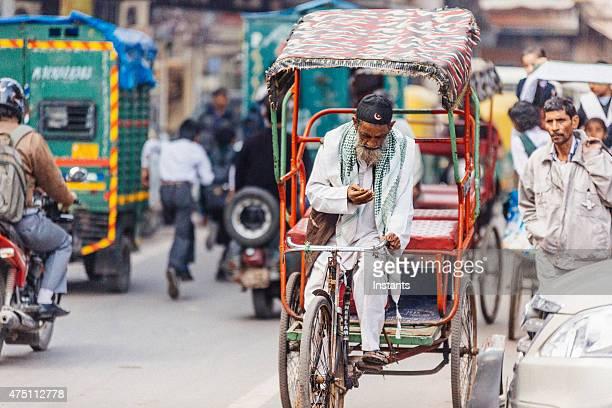 conductor de carretilla en el trabajo en la zona de delhi - human powered vehicle fotografías e imágenes de stock