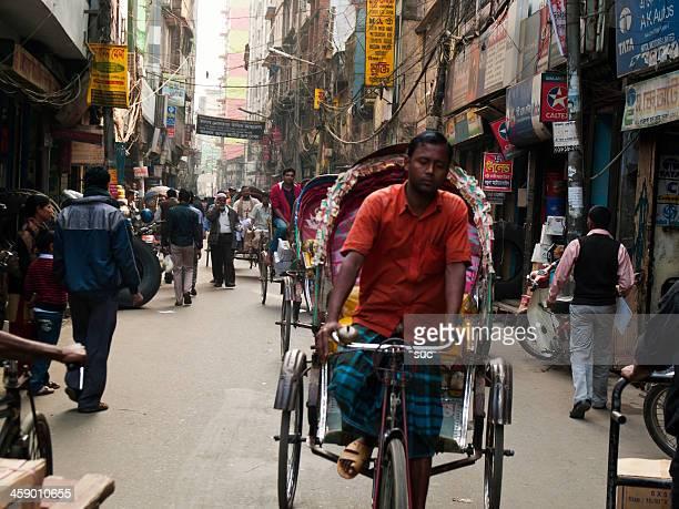 motorista de riquixá nas ruas lotadas de dhaka, no bangladesh - bangladesh - fotografias e filmes do acervo