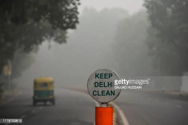 Rickshaw drives along a road under heavy smog conditions, in New Delhi on November 3, 2019. - India's capital New Delhi was enveloped in heavy, toxic...