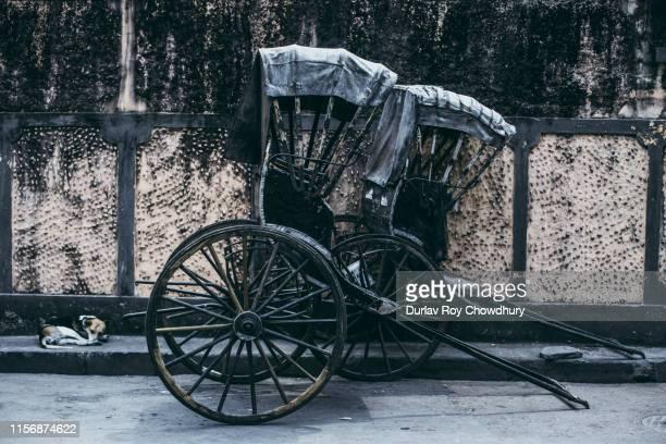 rickshaw in kolkata - rickshaw stock pictures, royalty-free photos & images