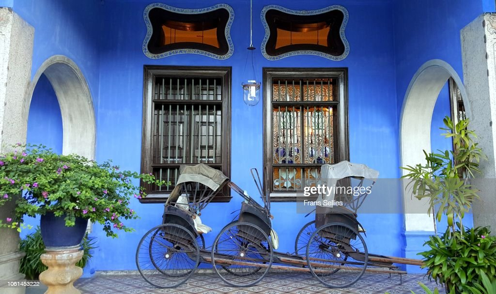Rickshaws against blue wall in Penang, Malaysia : Stockfoto