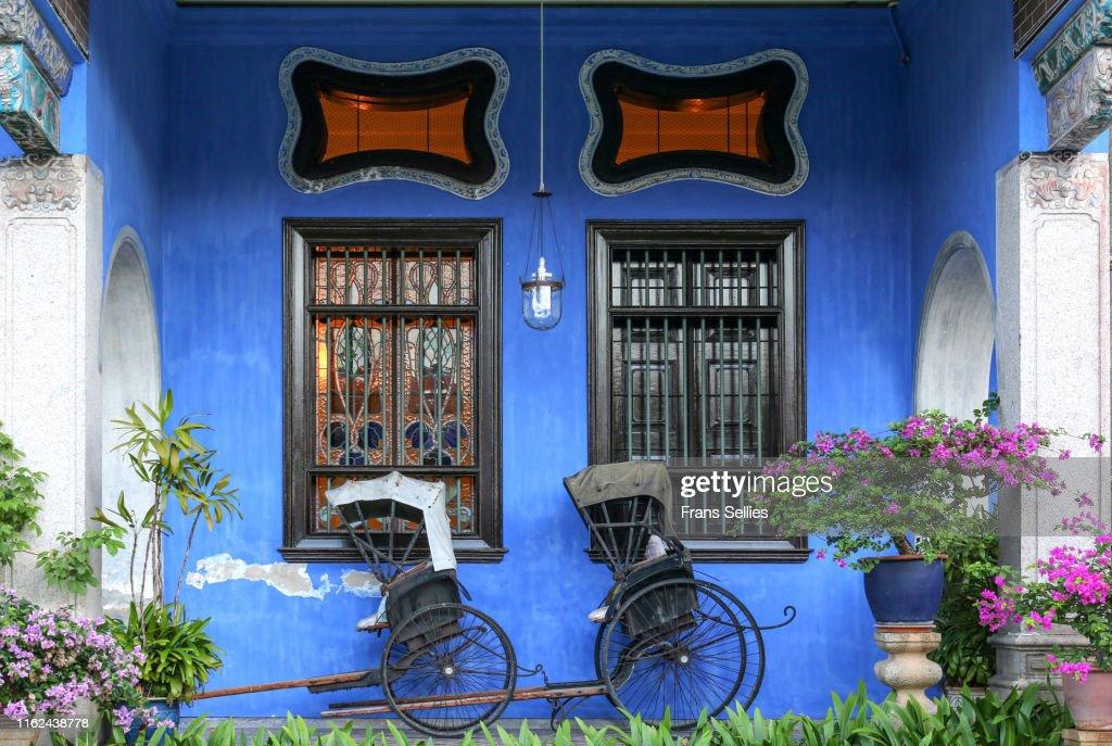 Rickshaws against blue wall in Penang, Malaysia : Stockfoto