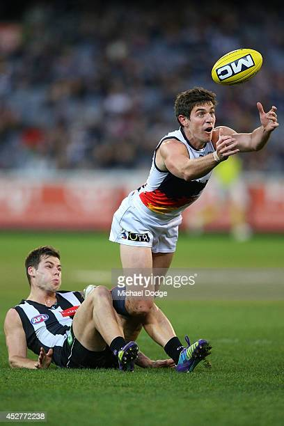 Ricky Henderson of the Crows competes for the ball against Jamie Elliott of the Magpies during the round 18 AFL match between the Collingwood Magpies...