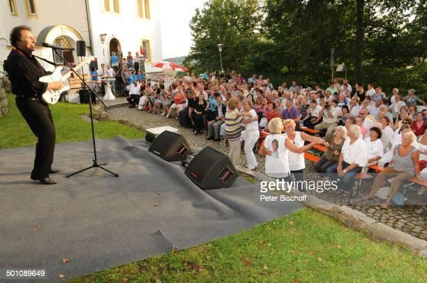 Ricky King 3 B r i g i t t e T r a e g e rSommerserenade Kreuzbergplateau unterhalb der gleichnamigen Kirche Pleystein Bayern Deutschland Europa...