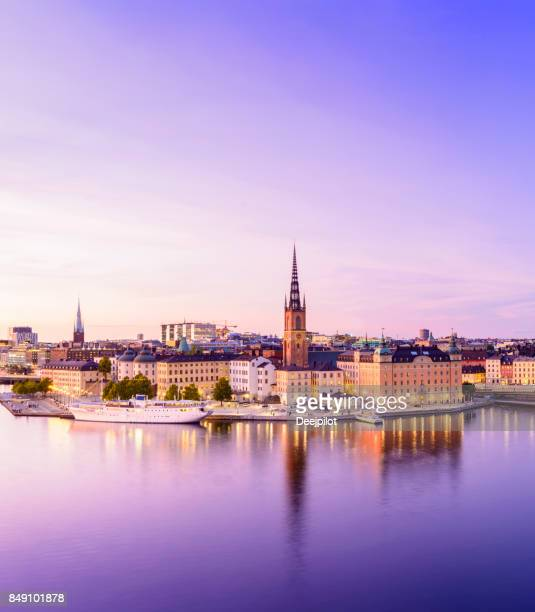 riddarholmen and gamla stan city skyline in stockholm at twilight, sweden - stoccolma foto e immagini stock