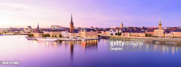 riddarholmen y horizonte de la ciudad de gamla stan en estocolmo en el crepúsculo, suecia - stockholm fotografías e imágenes de stock