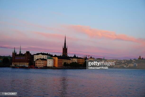 riddarholmen and södermalm at dusk, overview, stockholm, sweden - riddarholmkirche stock-fotos und bilder