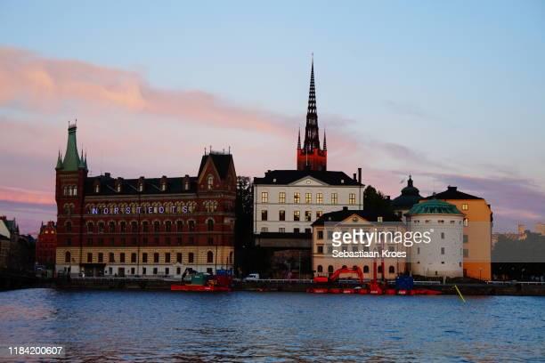 riddarholmen in the evening sun, stockholm, sweden - riddarholmkirche stock-fotos und bilder