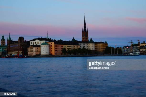 riddarholmen island at dusk, stockholm, sweden - riddarholmkirche stock-fotos und bilder