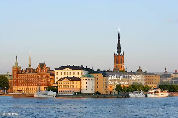 riddarholmen island in stockholm at sunset - riddarholmkirche stock-fotos und bilder