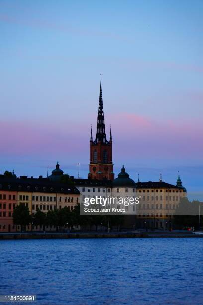 riddarholmskyrkan church at dusk, riddarholmen, stockholm, sweden - riddarholmkirche stock-fotos und bilder