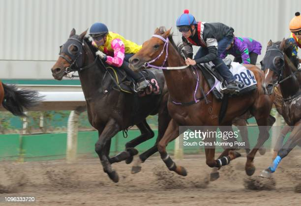 DOWN ridden by Chad Schofield and ATOMIC BLAST ridden by Karis Teetan trial in batch 5 over 1050Metres at Sha Tin on 13Sep16
