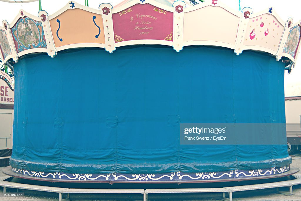 Ride Covered With Blue Tarpaulin At Amusement Park : Stock-Foto