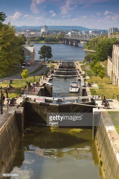 オタワ, カナダのリバーボート通路、リドーをロック - リドー運河 ストックフォトと画像