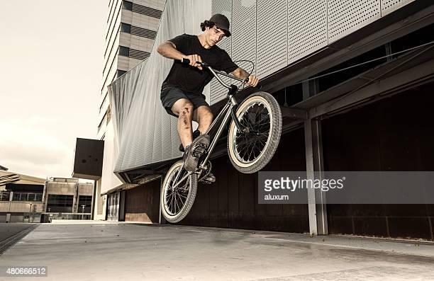 BMX rider in jumping in der Stadt