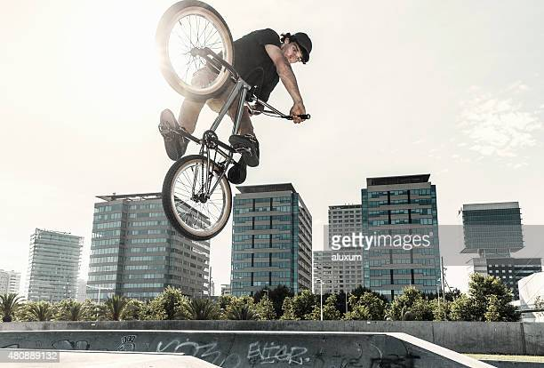 BMX rider ジャンプで都会的な環境