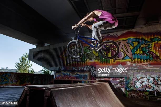 BMX-Fahrer springen auf seinem Fahrrad im skatepark