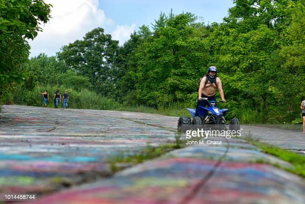 """atv rider on """"graffiti road"""" - centralia pennsylvania foto e immagini stock"""