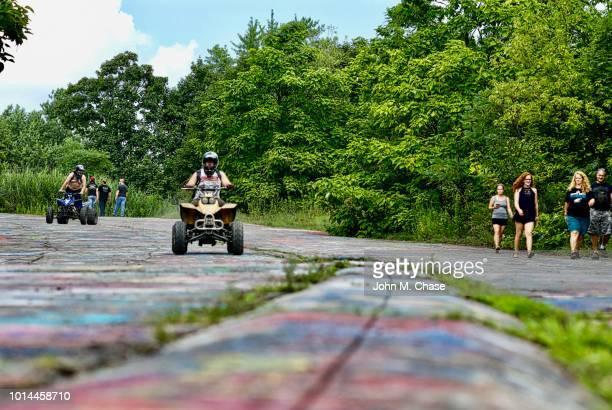"""atv riders and tourists on """"graffiti road"""" - centralia pennsylvania foto e immagini stock"""