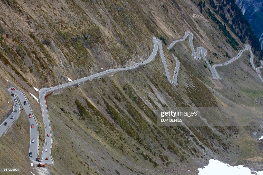 Riders go down the Stelvio during the 16th stage of the 100th Giro d'Italia, Tour of Italy, cycling race from Rovetta to Bormio on May 23, 2017. / AFP PHOTO / Luk BENIES