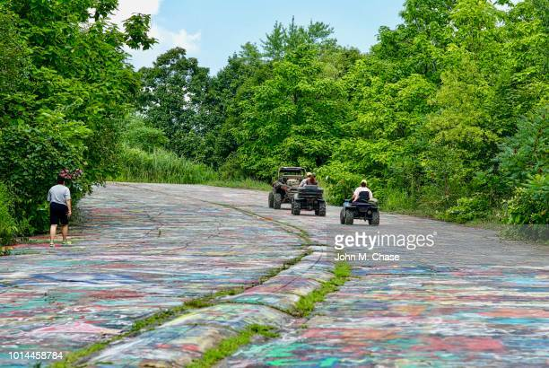 """atv riders on """"graffiti road"""" - centralia pennsylvania foto e immagini stock"""