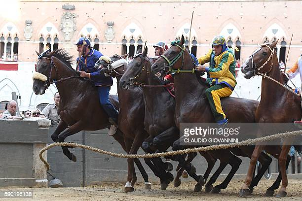 Riders start the historical Italian horse race of the Palio of Siena on August 16 2016 in Siena / AFP / CLAUDIO GIOVANNINI
