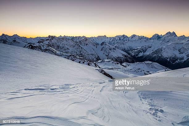 ridge at sunset. view from the slope of mount elbrus, caucasus - kaukasus geografische lage stock-fotos und bilder