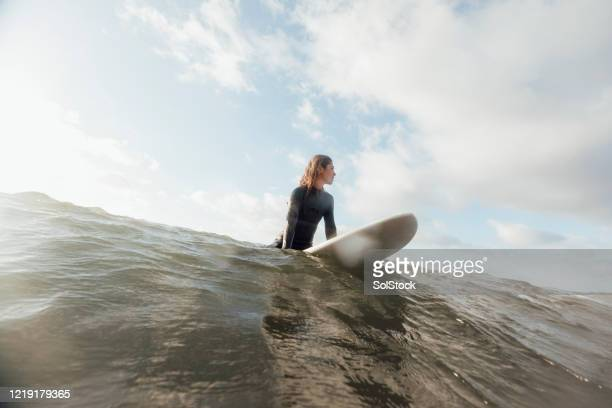 riding a wave - active lifestyle stock pictures, royalty-free photos & images