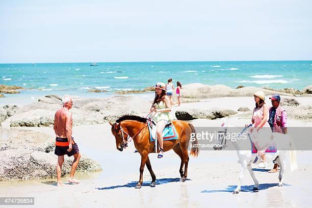 Équitation femme asiatique touristes sur la plage de Hua Hin