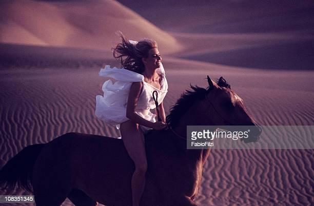 Équitation dans les dunes au coucher du soleil