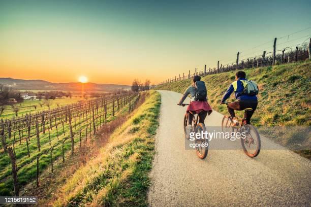 reiten mit dem rennrad auf dem land - radfahren stock-fotos und bilder