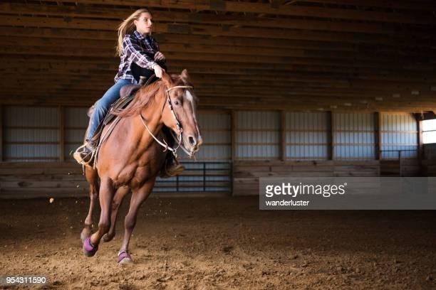 ¡montar tan rápido, vuelo de la suciedad! - 1 woman 1 horse fotografías e imágenes de stock