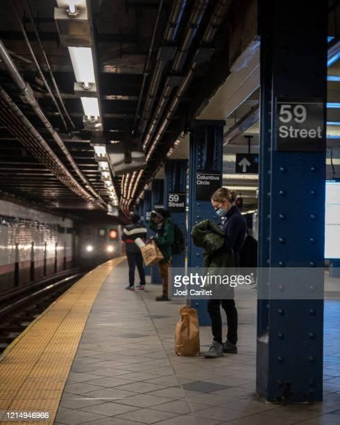 riding the new york city subway during coronavirus pandemic - coronavirus new york imagens e fotografias de stock