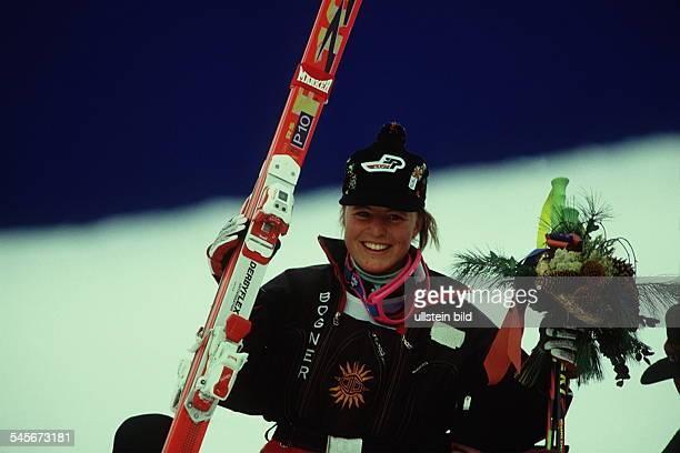 Die Gewinnerin derSilbermedaille Martina Ertl mitihren Skiern und einem Blumenstrauss