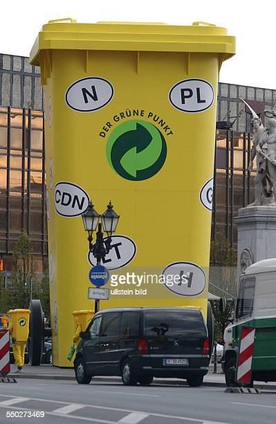 Riesige gelbe Tonne mit internationalen Länderkennzeichen wirbt auf dem Berliner Schlossplatz für PROEurope Kongress