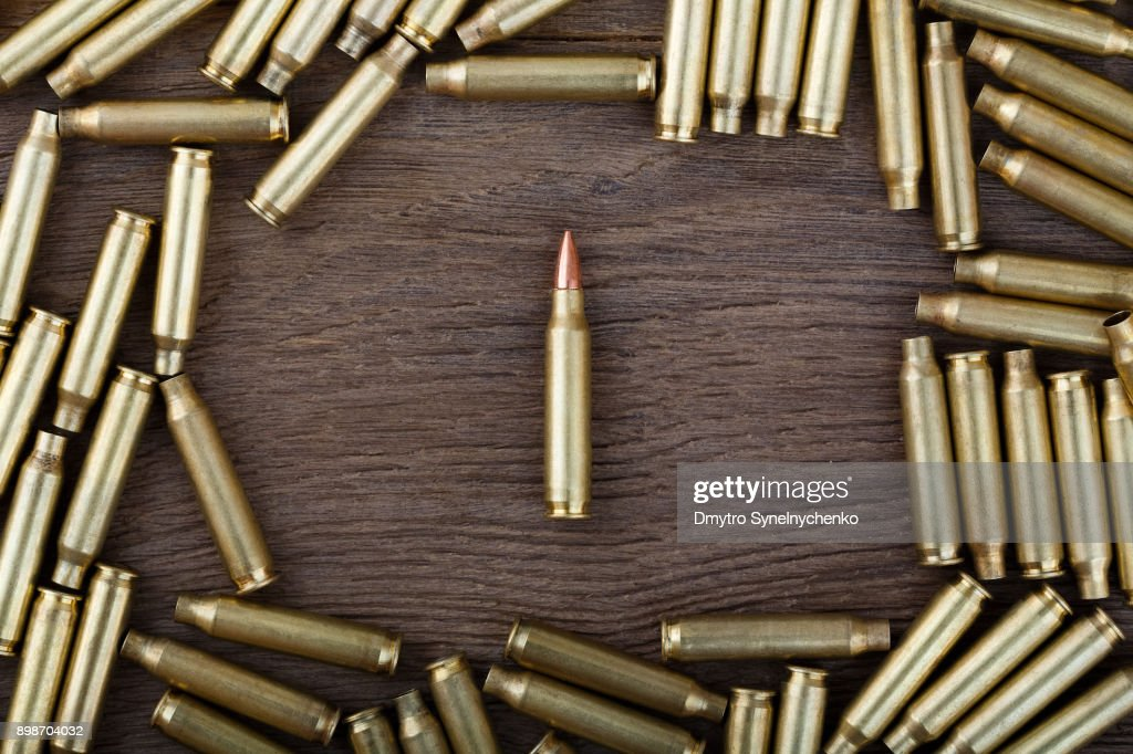 Rifle bullets on wood table with low key scene. Close-up photo : Foto stock