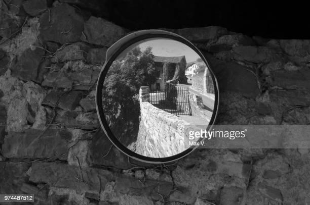 riflesso nello specchio - nello stock pictures, royalty-free photos & images