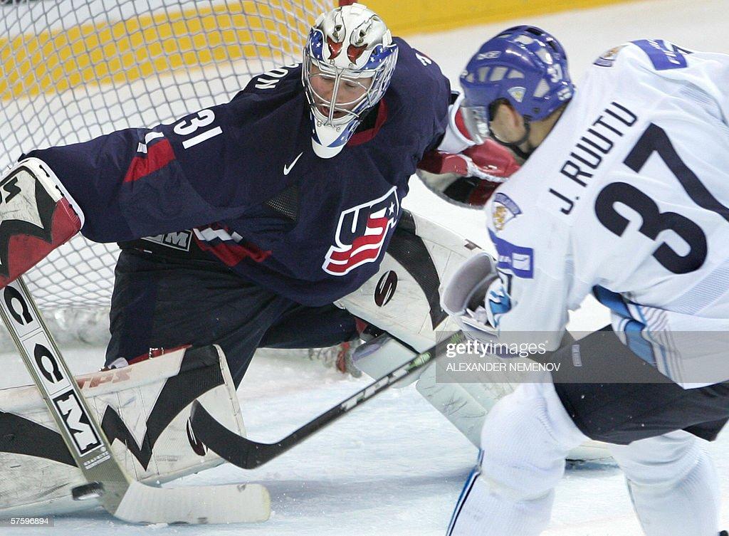 Finland's Jarkko Ruutu attacks US goalie : News Photo