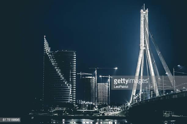 Riga Riva del fiume e moderni edifici