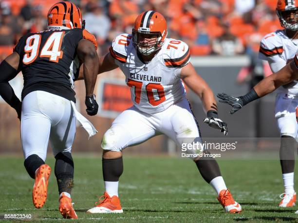 Right guard Kevin Zeitler of the Cleveland Browns prepares to engage defensive end Chris Smith of the Cincinnati Bengals in the fourth quarter of a...