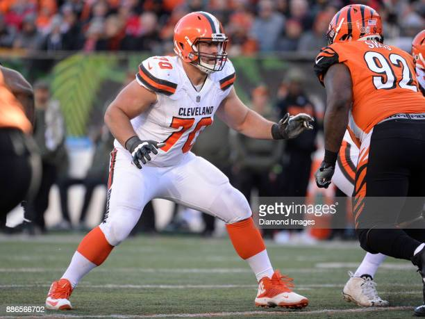 Right guard Kevin Zeitler of the Cleveland Browns prepares to engage defensive tackle Pat Sims of the Cincinnati Bengals in the third quarter of a...