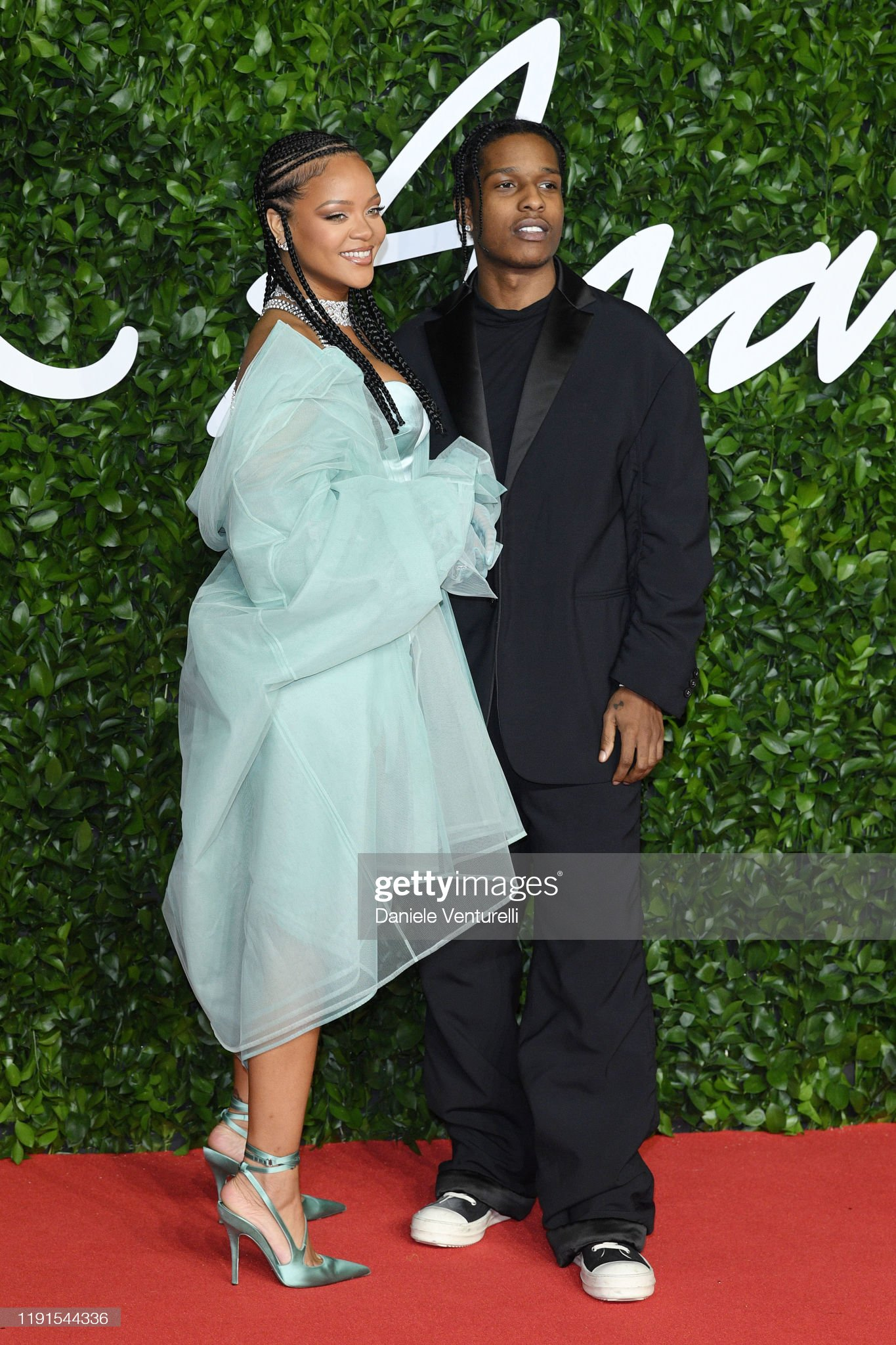 ¿Cuánto mide ASAP Rocky? - Altura - Real height Rihanna-and-asap-rocky-arrive-at-the-fashion-awards-2019-held-at-picture-id1191544336?s=2048x2048