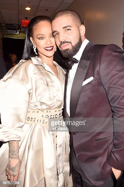 Rihanna and Drake pose backstage during the 2016 MTV Video Music Awards at Madison Square Garden on August 28 2016 in New York City