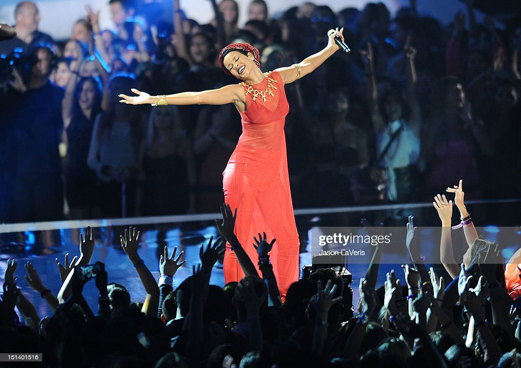 UNS: In Focus: A Look Back At Rihanna's Past VMA Appearances